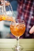 Sangria-Getränk in ein Glas gegossen foto