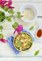 Pilaw mit Huhn, Erbsen und Mandeln foto
