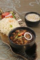würzige Kichererbsen mit Reis - indisches Essen foto