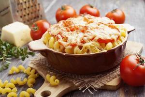 Nudeln mit Tomaten und Käse gebacken foto