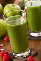 gesunder grüner Gemüse- und Fruchtsmoothi-Saft foto