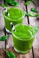 gesunder grüner Spinat-Smoothie foto