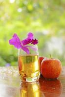 Apfelsaft und roter Apfel foto