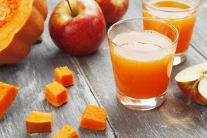 Saft von Äpfeln und Kürbissen foto