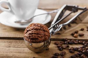 Schokoladenkaffee Eis Kugel Kugel Löffel foto