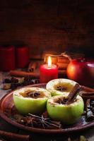 Apfelweinäpfel in Hälften mit Zimt und Anis foto