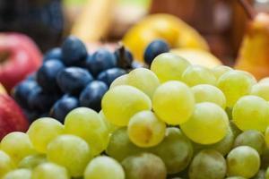 Nahaufnahme von Trauben und Äpfeln