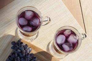 Traubensaft und frische blaue Trauben