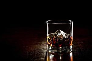 Glas Whisky mit Eis