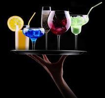verschiedene alkoholische Getränke auf einem Tablett foto