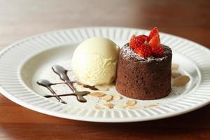Schokoladenlava mit Vanilleeis mit Erdbeere foto