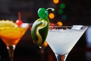 helle erfrischende Cocktails: Limetten-Daiquiri mit kreativer Dekoration foto