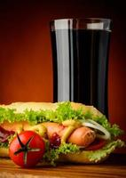 Hot Dog und Cola trinken