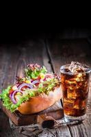 leckerer Hot Dog mit Wurst und Gemüse