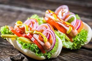 zwei hausgemachte Hot Dog mit frischem Gemüse