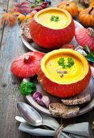 Kürbissuppe auf einem Holztisch foto
