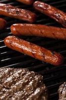 Hamburger und Hot Dogs auf dem Grill