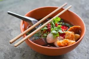 Nudeln mit Fischbällchen und Gemüse foto