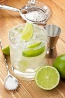 klassischer Margarita-Cocktail mit salzigem Rand auf Holztisch