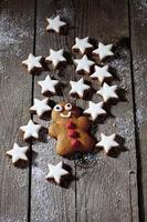 Zimtsterne mit Lebkuchenmann auf hölzernem Hintergrund foto