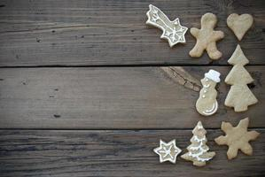 dekorierte Ingwerbrotkekse auf Holzbrett