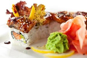 Lachs und geräucherter Aal Maki Sushi foto