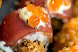 Sushi mit Lachs und rotem Kaviar foto