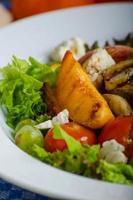Gegrilltes Obst mit Blauschimmelkäse und Salat foto