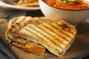 Gegrilltes Käsesandwich mit Tomatensuppe