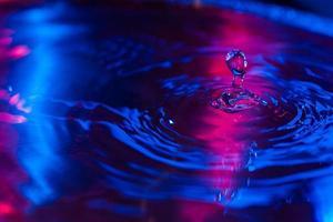 Wassertropfen fallen auf Wasser