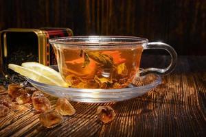 Teekomposition auf einem hölzernen Hintergrund