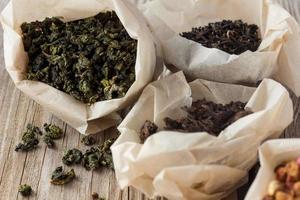 verschiedene Teesorten in Papiertüten foto