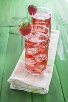 Cocktail auf Erdbeersaftbasis