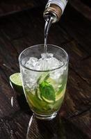 einen Cocktail in Glas gießen foto