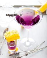 Martini, Lavendel, Honig, Zitronencocktail auf weißem Hintergrund. Wermut. foto