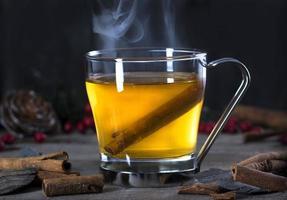 heißes Wirbelcocktailgetränk mit Zimt foto