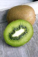 Kiwi auf hölzernem Hintergrund foto