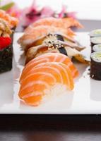 japanische Küche. Satz Sushi Nigiri auf weißem Teller.