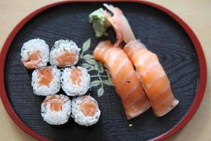 Lachs-Maki-Sushi lokalisiert im weißen Hintergrund foto