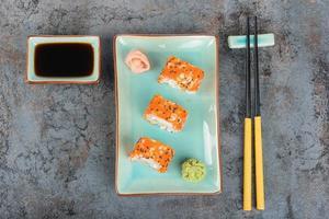 Sushi-Rollen auf dem Tisch. Draufsicht.