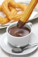 Churros und heiße Schokolade, spanisches Frühstück foto