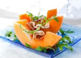 Vorspeise bestehend aus Cantaloupe und Schinkenscheiben foto