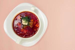 Borschtsch in weißer Platte isoliert auf weiß. Rote-Bete-Suppe Hintergrund. foto