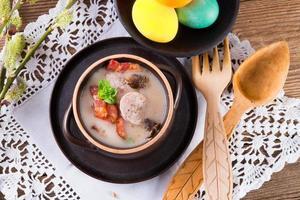 polnische Ostersuppe mit Ei und Wurst foto
