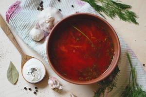 Rote-Bete-Suppe, blutiges ukrainisches Nationalgericht auf hölzernem Hintergrund. borsht. foto