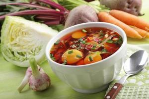 russische Rote-Bete-Suppe mit Gemüse foto