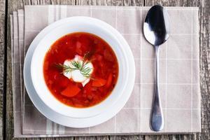 leckere Suppe mit Brot auf einem hölzernen Hintergrund. foto