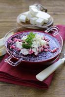 Gemüsecremesuppe aus Rote Beete mit weichem Ziegenkäse foto