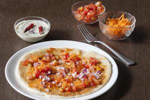 Zwiebel-Tomaten-Karotten-Uthappam foto