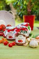 Gläser mit Tomatenchutney und Dekoration foto